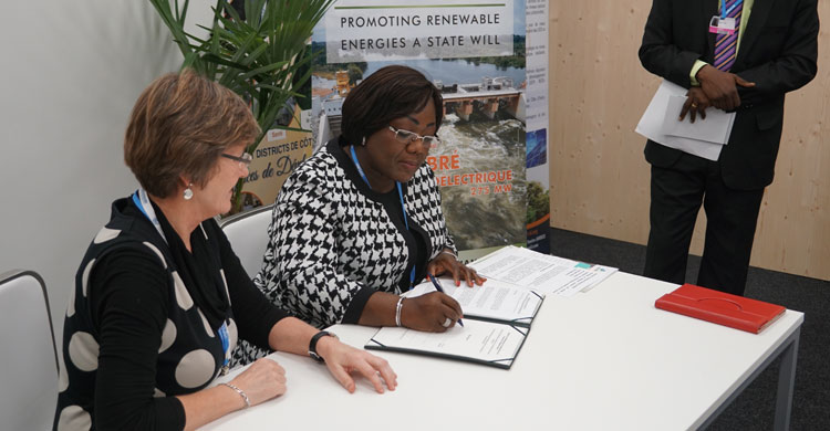 Ms Anne Désirée Ouloto, Minister of Health, Environment and Sustainable Development of Côte d'Ivoire signing the CMS/Sharks and CMS/Raptors MOU in Bonn - ©Aydin Bahramlouian