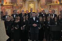 Spiritual Director M. Schenk with choir  © Francisco Rilla Manta