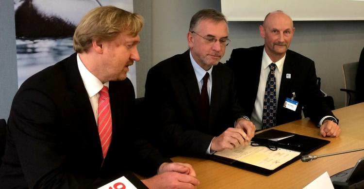 His Excellency Ranko Vilović, Ambassador of Croatia, signing the Raptors MoU. Mr Bradnee Chambers (L), Executive Secretary, and Mr Nick P. Williams, Head of the Coordinating Unit of the Raptors MoU (R), observing. Photo by Aydin Bahramlouian (CMS Secretariat).