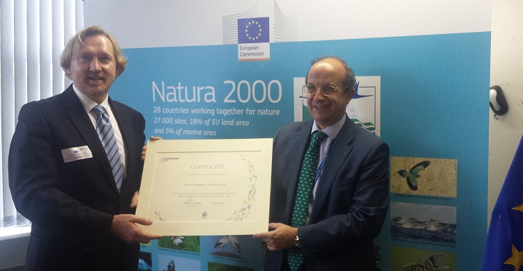 Bradnee Chambers (L), Executive Secretary of the Convention on Migratory Species (UNEP/CMS) presenting Daniel Calleja (R), Director-General for Environment of the European Commission with the Migratory Species Champion Plus Award.