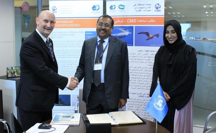 S.E. Monsieur T.P. Seetharam (centre), Ambassadeur de l'Inde aux Émirats arabes unis, lors d'une cérémonie de signature tenue dans le Bureau CMS - Abou Dhabi, avec Dr. Shaikha Al Dhaheri (à droite), Directrice exécutive, secteur terrestre et maritime de la biodiversité, Agence de l'environnement - Abou Dhabi (Environment Agency - Abu Dhabi), et M. Nick P. Williams (à gauche), Chef de l'Unité de coordination du MdE Rapaces.  Photo par Environment Agency - Abu Dhabi.