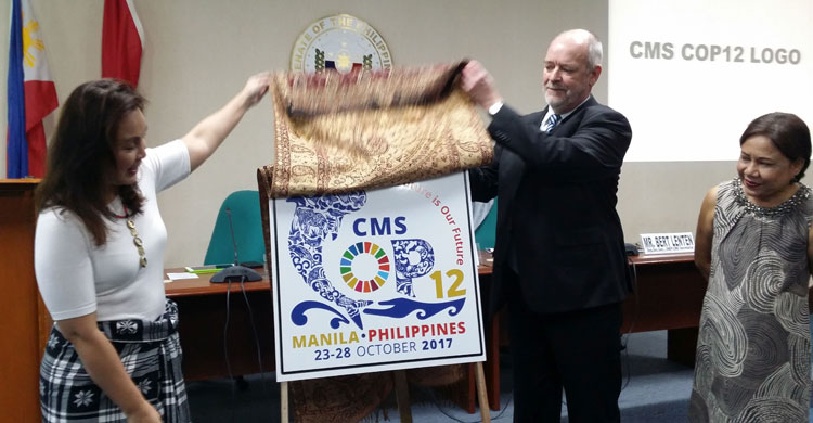 Senator Loren Legarda, Chairperson of the Senate Committee on Climate Change launching the COP12 Logo with the CMS Deputy Executive Secretary, Mr. Bert Lenten © Tine L-Roncari, UNEP/CMS Secretariat