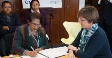 Dr. Ndahimananjara (l) and Melanie Virtue (r) © Aydin Bahramlouian, UNEP/CMS