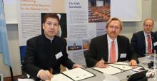Zhou Jinfeng et Bradnee Chambers signent l'accord de partenariat CMS - CBCGDF à Bonn, en Allemagne © Aydin Bahramlouian